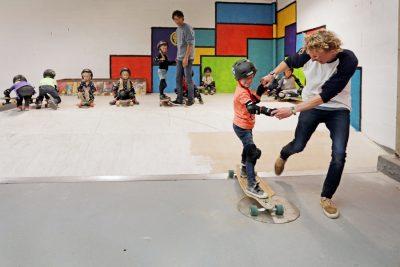 kinderfeest binnen skateboarden