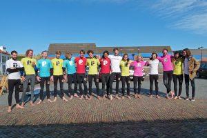groep vrijgezellen surfen