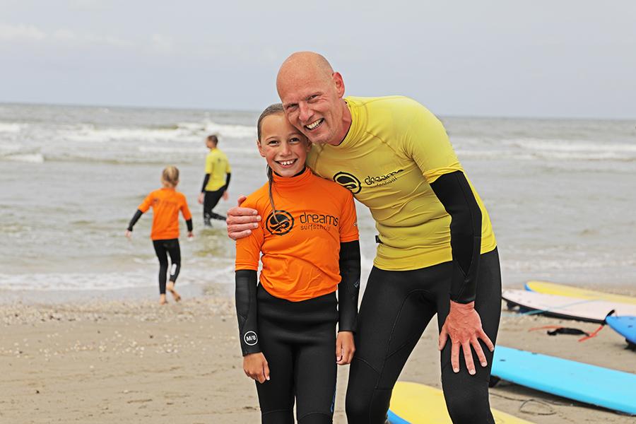 Vader en dochter surfen samen